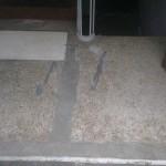 Gammelt indgangsparti i terrazzo, hvor der er skiftet jernliste og udført reparation.